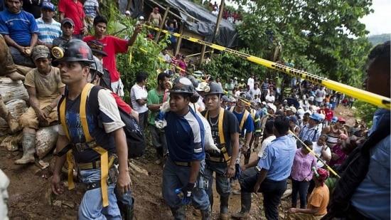 O deslizamento de terra ocorreu na quinta-feira na minha de ouro e prata de El Comal, operado pela mineradora Hemco na cidade de Bonanza