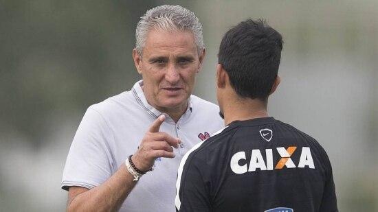 Tite conversa com Lucca durante treino