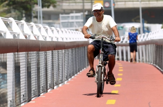 Moradores da região não se importam com obras e já usam ciclovia, que se debruça sobre o mar e possibilita uma das mais belas vistas do Rio