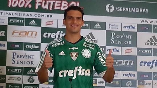 Volante Jean veste a camisa 17 do Palmeiras na apresentação oficial