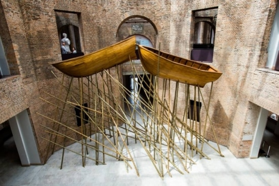 Vista da instalação 'Tiamm Schuoomm Cashsh!' no octógono do museu