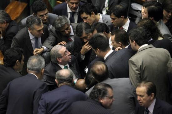 Presidente da Câmara dos Deputados, Eduardo Cunha (PMDB/RJ) écercado e pressionado por lideres de partidos e parlamentas durante a votação do tempo do mandato parlamentar e clausulas de barreiras