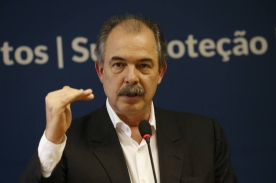 O ministro-chefe da Casa Civil, Aloizio Mercadante, ficou em Brasília, onde deu entrevista no sábado