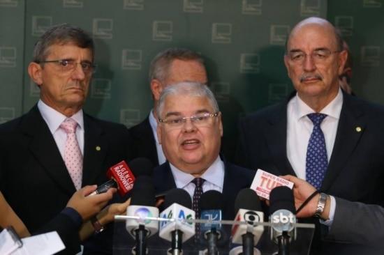 Deputado Lúcio Vieira Lima (centro), ao lado dos deputados Darcisio Perondi (esquerda), Waldir Colato e Osmar Terra (direita).