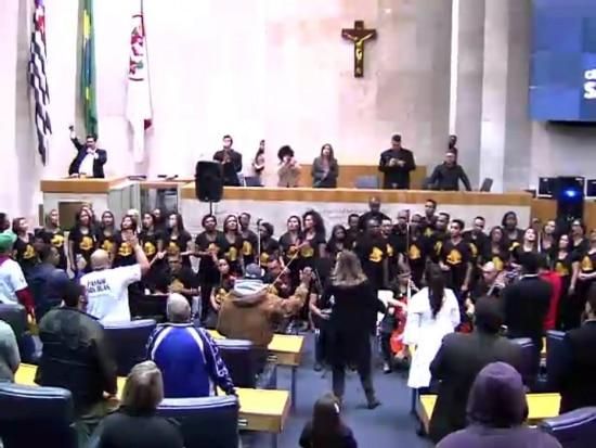 Culto. Louvorzão SP, evento com coral da Igreja Universal do Reino de Deus; à esquerda, na tribuna, Jean Madeira (PRB)