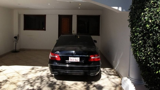 Luxo. Mercedes usada pela família continua na garagem da casa que era alugada pelo fugitivo em bairro nobre do Paraguai