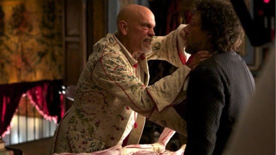 "Os atores John Malkovich e Richard Coyle na primeira temporada da série ""Crossbones"""