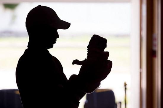 O recém-nascido pode morrer ou apresentar sequelas graves, como dificuldade de visão e audição, além de retardo mental.