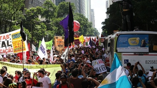 LINS4781 RIO DE JANEIRO RJ 12/06/2014 METROPOLE /ESPORTES PROTESTO MANIFESTACAO CONTRA A COPA DO MUNDO - Manifestantes se reuniram na Candelária na manhã desta quinta feira dia 12. O Ato Nossa Copa é na Rua acontece horas antes da cerimônia de abertur