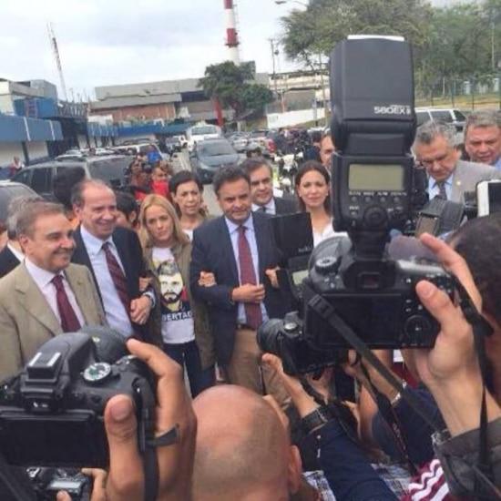 Na foto, Lilian Tintori, esposa do opositor Leopoldo López, aparece entre os senadores Aloysio Nunes (PSDB-SP)e Aécio Neves (PSDB-MG)