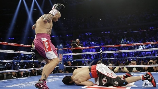 Miguel Cotto nocauteia Sergio Martinez no Madison Square Garden, Nova York (EUA)