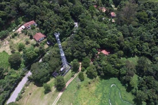 Antena da operadora de telefonia celular Oi, que fica a 500 metros do sitio em Atibaia, que o ex presidente Lula frequentava.