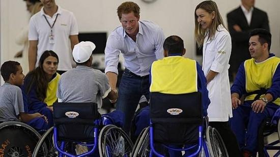 Príncipe Harry em visita a hospital em Brasília