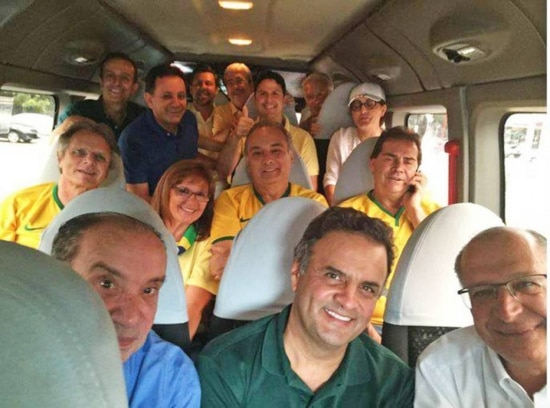 Comboio com tucanos indo para o protesto na Av. Paulista
