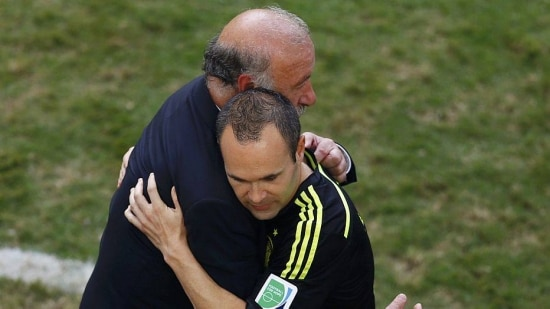 Spain's coach Vicente Del Bosque embraces Andres Iniesta after their 2014 World Cup Group B soccer match against Australia at the Baixada arena in Curitiba June 23, 2014. REUTERS/Amr Abdallah Dalsh (BRAZIL  - Tags: SOCCER SPORT WORLD CUP)