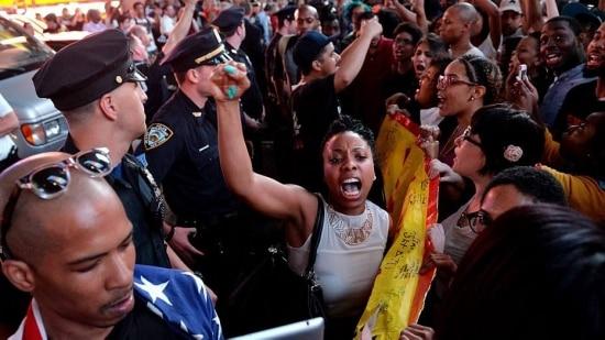 A morte de Brown elevou as tensões raciais entre a comunidade local e a polícia