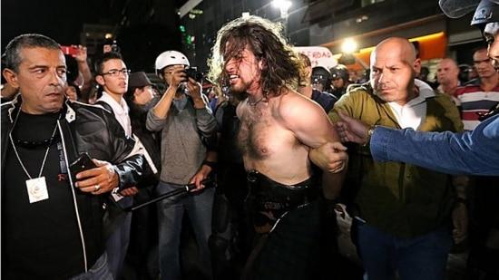 Rafael Marques é detido após entrar em confronto com a polícia