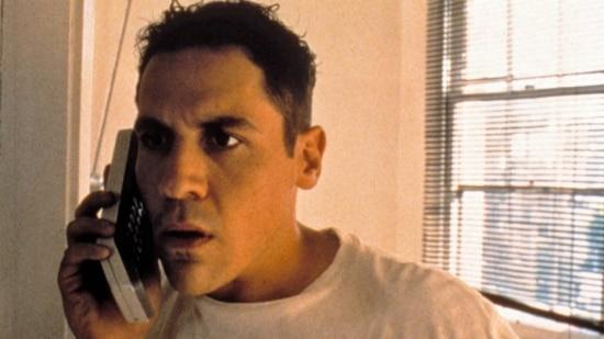 """No filme """"Swingers"""", o personagem de Jon Favreau estraga suas possibilidades românticas com uma enxurrada de mensagens de correio de voz"""