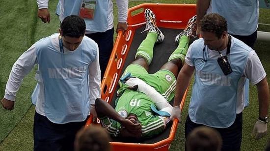 O atacante nigeriano sofreu a fratura depois de uma bolada recebida por Onazi