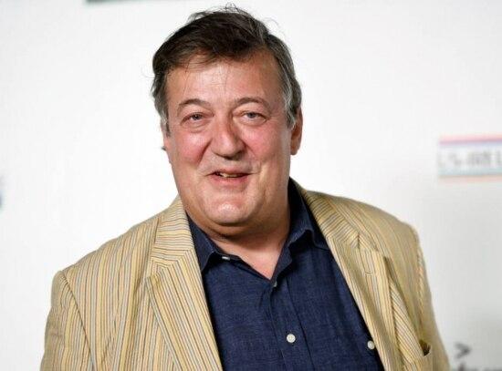 Stephen Fry comparou o aspecto da figurinista Jenny Beavan com o de uma 'vagabunda'