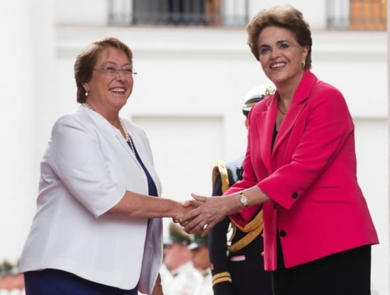 A presidente do Chile, Michele Bachelet, rebebe Dilma Rousseff no Chile