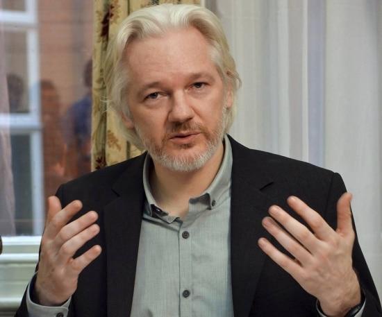 Assange concede entrevista na embaixada do Equador em Londres em agosto de 2014