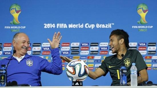 TOL22. SAO PAULO (BRASIL), 11/06/14.- El entrenador de la selección de Brasil, Luiz Felipe Scolari (i) y Neymar sonríen durante una rueda de prensa hoy, miércoles 11 de junio de 2014, en el estadio Arena Corinthians en Sao Paulo (Brasil). El Mundial de Brasil iniciará el 12 de junio. EFE/TOLGA BOZOGLU/SOLO USO EDITORIAL/Imágenes no deben usarse en asociación con ninguna entidad comercial, ni como alerta o servicio en celulares, o descargas para celulares o por sistema de mensajería multimedia/Las imágenes no deben salir como imágenes congeladas y no deben copiar el metraje de un video del juego/Ninguna alteración ha sido realizada, ningún texto o imagen es superpuesto, cualquier imagen que (a) intencionalmente oculte o remueva una imagen de identificación del patrocinador, o (b) que agregue o cubra la identificación comercial de cualquier tercer partido, no está asociada oficialmente con la Copa Mundial de la FIFA 2014.