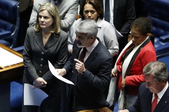 O senadorHumberto Costa (PT PE), lider do PT no Senado, discursa contra o senador Aécio Neves ao lado de senadores da base aliada.