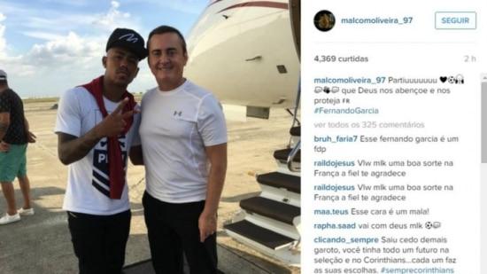 Ao lado de seu empresário, Malcom viaja para a França
