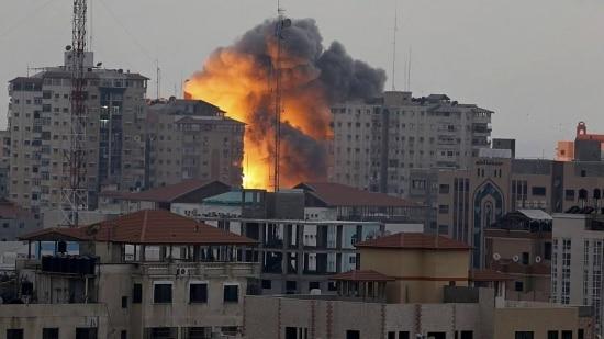 Uma porta-voz militar israelense disse que o prédio, que desabou completamente, era usado como centro de comando por militantes do Hamas