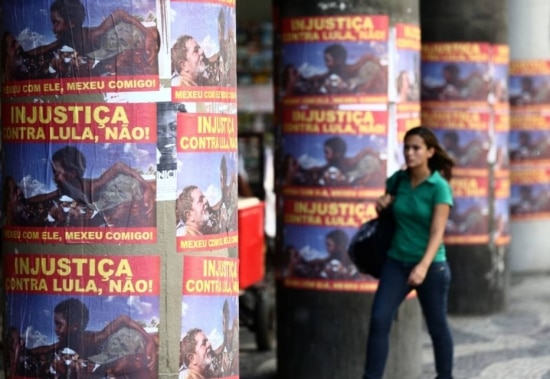 Cartazes de apoio ao ex-presidente Luiz Inácio Lula da Silva colados nas pilastras de alguns edificios da Avenida Presidente Vargas no centro do Rio de Janeiro