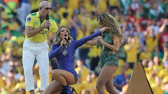 Claudia Leitte e JLo na Abertura da Copa, ao lado do rapper Pitbull, com collants cheios de cristais