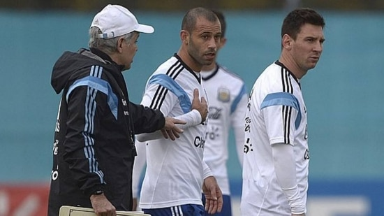 Sabella passa instruções para os líderes do elenco argentino, Messi e Mascherano