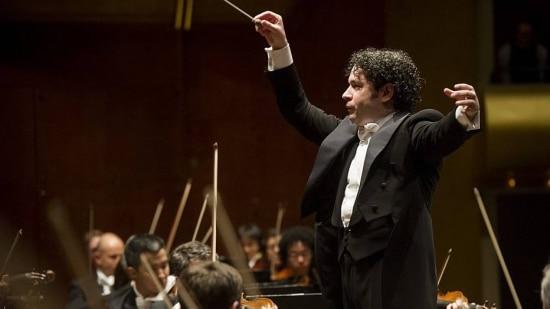 Dudamel conduz a Filarmônica de Los Angeles em um evento em março deste ano