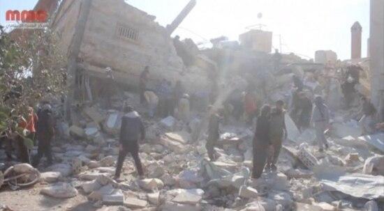 Pessoas observam prédio daMédicos Sem Fronteiras destruído por bombardeios na Sìria