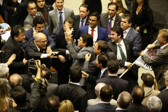 O deputado ZéGeraldo (barba) (PT-PA) tenta retirar cartaz das maos do deputado Domingos Sávio (PSDB MG), gerando princípio de tumuto durante sessao extraordinária destinada a analisar a MP 664/14 que muda as regras de pensão por morte.