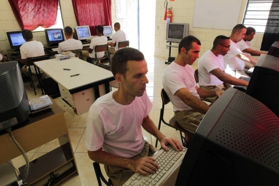 No Brasil, quase metade da população está offline