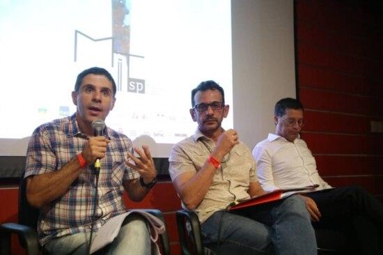 Os curadores Antônio Araújo, Guilherme Marques e o diretor do Itaú Cultural Eduardo Saron