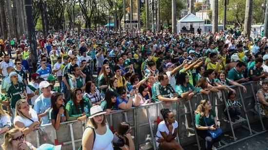 Palmeirenses celebram centenário na Praça da Sé em festa com presença de ex-jogadores e artistas