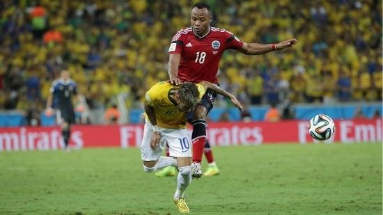 Zuñiga acerta Neymar com uma joelhada nas costas
