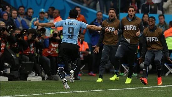 Luis Suárez marcou os dois gols do Uruguai na vitória contra a Inglaterra em São Paulo