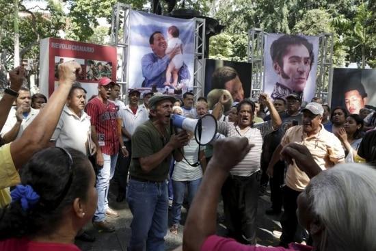 Chavistas se concentram diante de imagens de Chávez e Simón Bolívar em praça perto da Assembleia Nacional