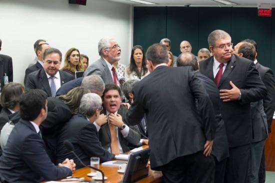 Presidente da CPI da Petrobrás,Hugo Motta (centro), durante a votaçãodas sub-relatorias