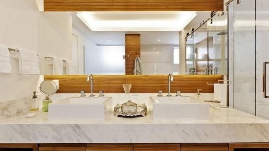 Painel de madeira freijó no banheiro da Sesso & Dalanezi