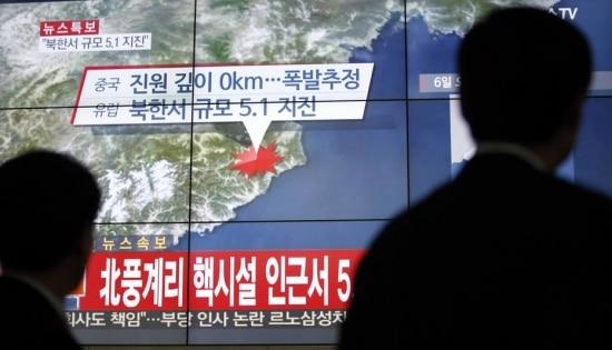 Sul-coreanos assistem a jornais televisivos em Seul, na Coreia do Sul, noticiando tremores de terra em área próxima a base de testes nucleares no país vizinho, a Coreia do Norte.(AP Photo/Lee Jin-man)