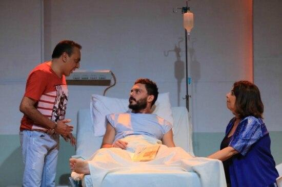 Paciente. Sergio Lelys, Kiko Pissolato e Cláudia Mello discutem relação em hospital