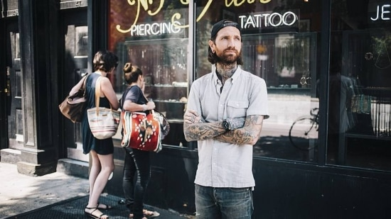 J. Colby Smith do New York Adorned, em East Village, se tornou uma espécie de guru do piercing moderno