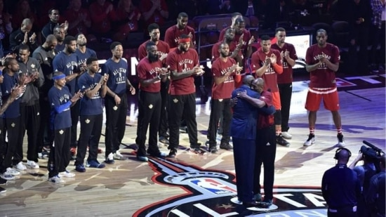 Magic Johnson foi mestre de cerimônia das homenagens a Kobe Bryant no All-Star Game