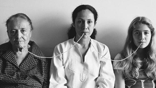 """Ligações. """"Por Um Fio"""", fotografia da série """"fotopoemação"""" (1976), de Anna Maria Maiolino"""