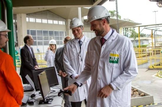 O príncipe da Noruega, Haakon Magno, em visita as instalações do Centro de Pesquisas da Petrobras
